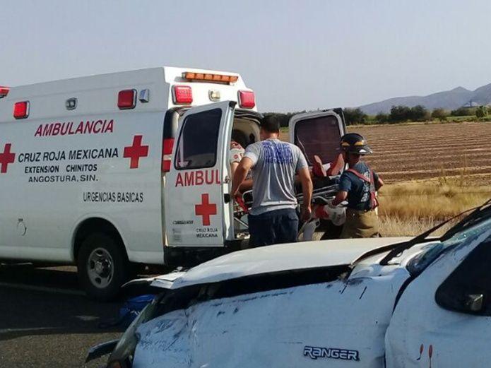 Familia vuelca su camioneta por la autopista Benito Juárez