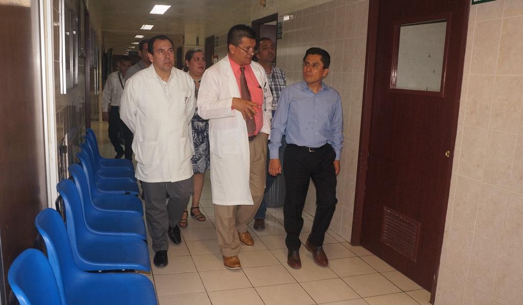 Delegado recorre las instalaciones del HGP no. 2 del IMSS en los Mochis