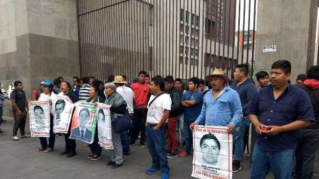 Padres de los 43 normalistas de Ayotzinapa protestan frente a la Cancillería