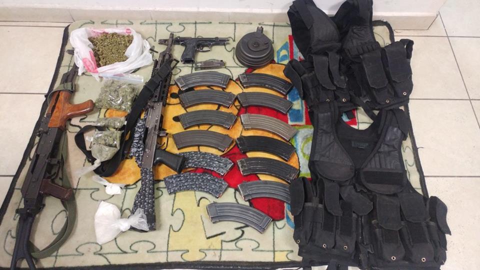 En trabajo coordinado elementos policiales aseguran armas, chalecos tácticos y drogas en vehículo abandonado