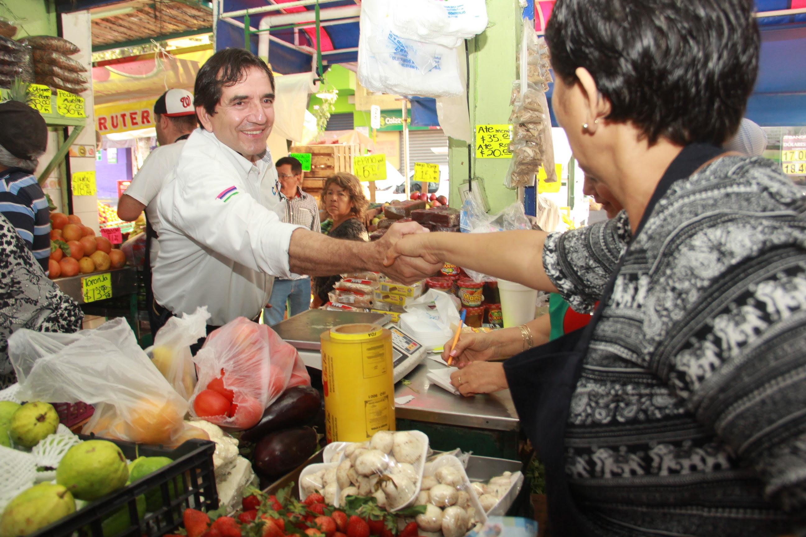 Saluda Cuén Ojeda a mazatlecos en diferentes cruceros de la ciudad y locatarios de un mercado municipal